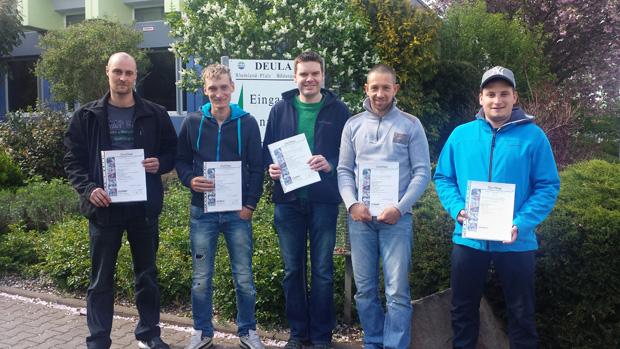 Die Teilnehmer nach erfolgreicher Prüfung mit Zertifikat